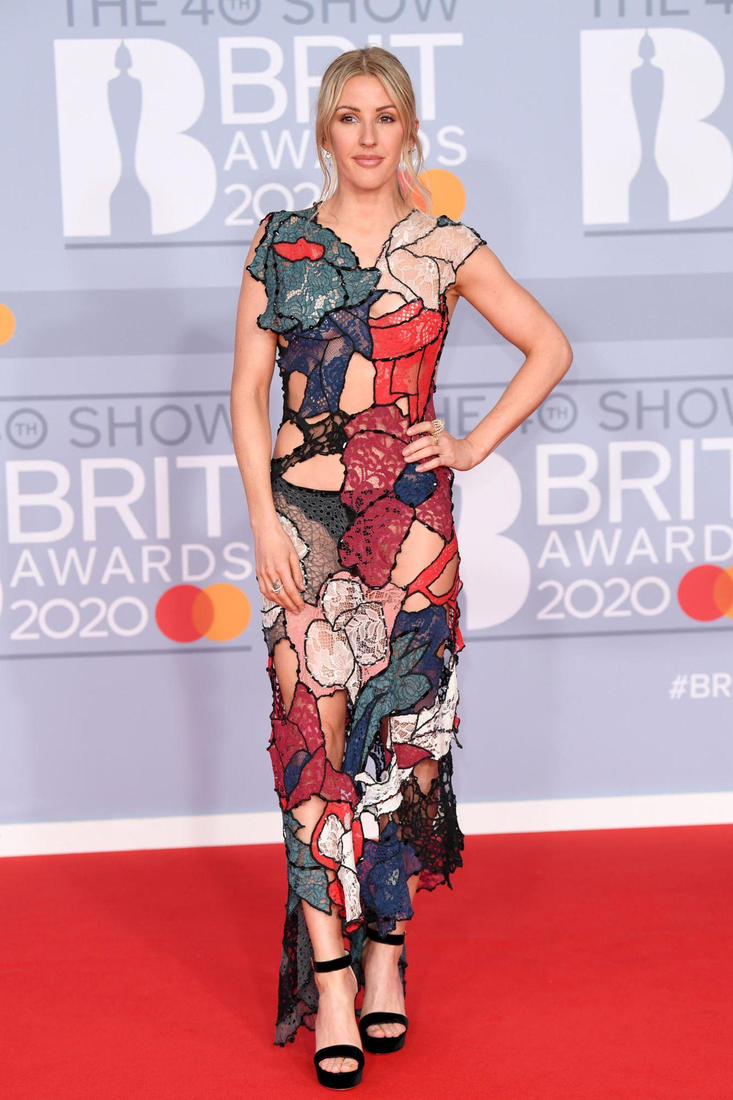 Hätten Sie es gedacht? Auf den ersten Blick wirkt Ellie Goulding in ihrem Patchwork-Kleid alles andere als freizügig. Doch schaut man ganz genau hin, fällt auf, dass manche der Patches nicht mit Stoff ausgefüllt sind, sondern den Blick frei auf ihre Haut - und sogar Unterwäsche - geben. Im Profil ...