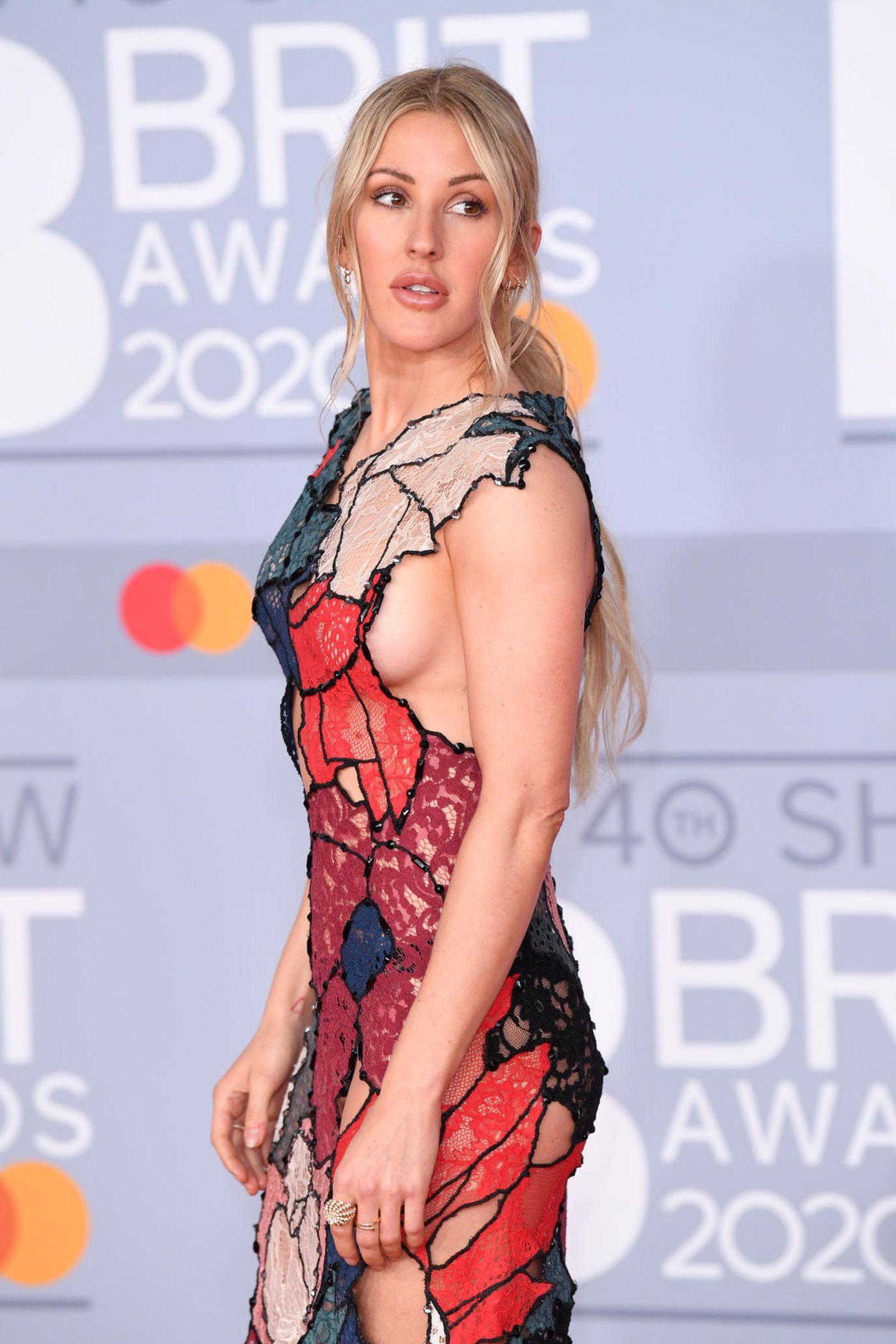 ... gewährt die britische Sängerin ebenfalls tiefe Einblicke. Doch wenn eine das extravagante Kleid des Labels Koche tragen kann, dann ist es Ellie Goulding.