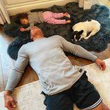 Dwayne Johnson liegt auf dem Boden und schläft