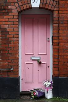 Fans haben Blumen vor der Wohnung von Caroline Flack niedergelegt