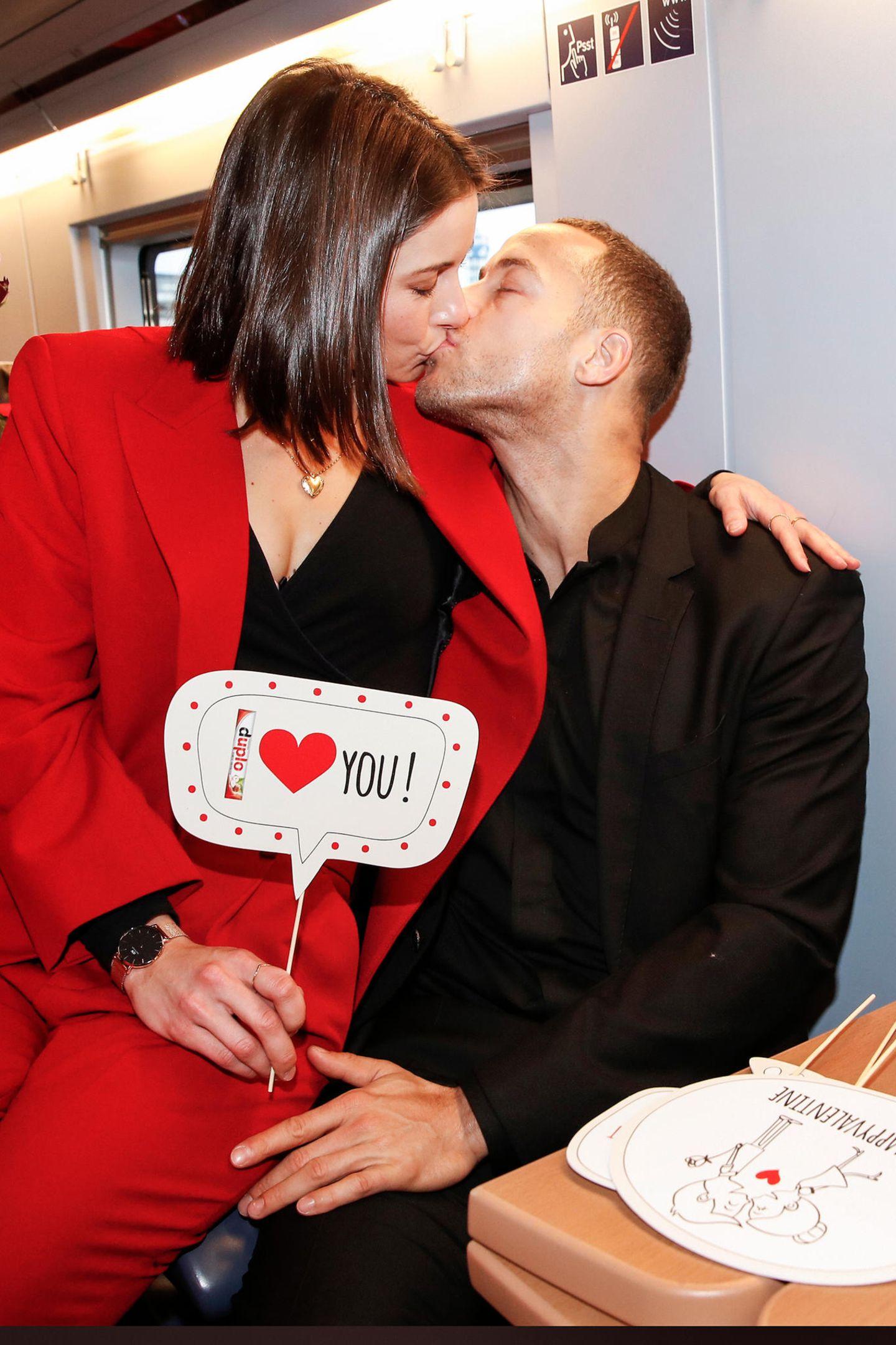 Auch mit von der Partie sind Jennifer Lange und Andrej Mangold. Das Bachelor-Pärchen zeigt sich auf dem Weg nach Paris ganz verliebt und teilt sich gerne einen Sitz.