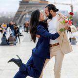 In Paris angekommen posieren Rebecca und Massimo gekonnt vor dem Eifelturm. Schönere Erinnerungsfotos an diesen besonderen Valentinstag könnte es nicht geben.