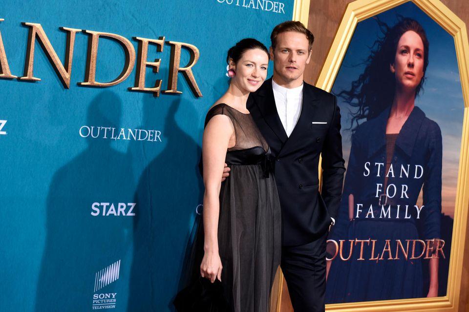 """Caitriona Balfe und Sam Heughan alias Claire und Jamie sind auch in Staffel 5 von """"Outlander"""" noch dabei - und hier bei der Staffel-5-Premiere im Februar 2020 zu sehen."""