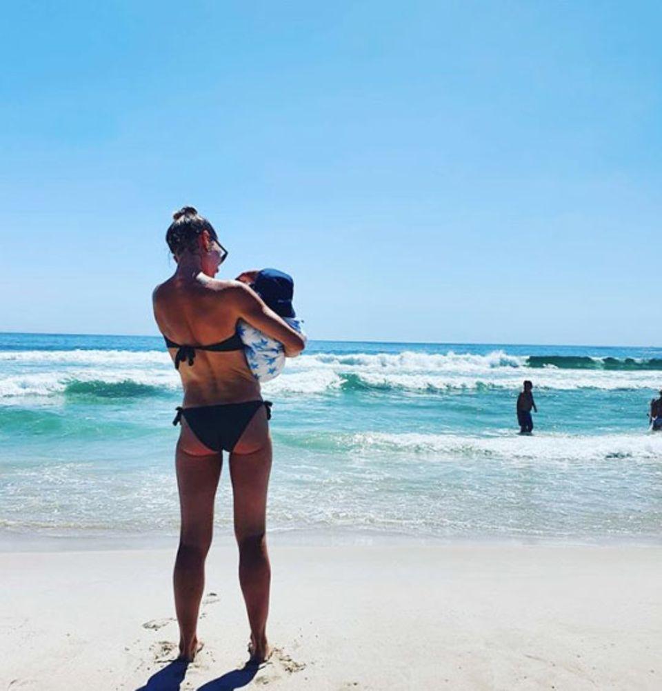 """19. Februar 2020  Mit Söhnchen Avi auf dem Arm genießt Schauspielerin und Neu-Mama Wolke Hegenbarth den Sommer am Strand von Kapstadt - wie passend, dassder hinduistische Name ihres Kleinen """"Sonnenschein"""" bedeutet."""