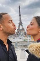 """Love in Paris: Bussis unterm Eiffelturm gehören für das """"Bachelor""""-Traumpaar Andrej Mangold und Jenny Lange bei ihrem Besuch in der Stadt Paris unbedingt dazu."""