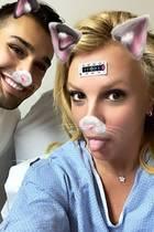 Britney Spears hat sich beim Tanzen den Fuß gebrochen und wird im Krankenhaus verarztet. Boyfriend Sam Ashari muntert sie mit mitfühlenden Worten und einem Pärchen-Selfie auf Instagram auf. Dass sich der Pop-Star nicht so leicht unterkriegen lässt, zeigt sie mit einer klaren Botschaft...