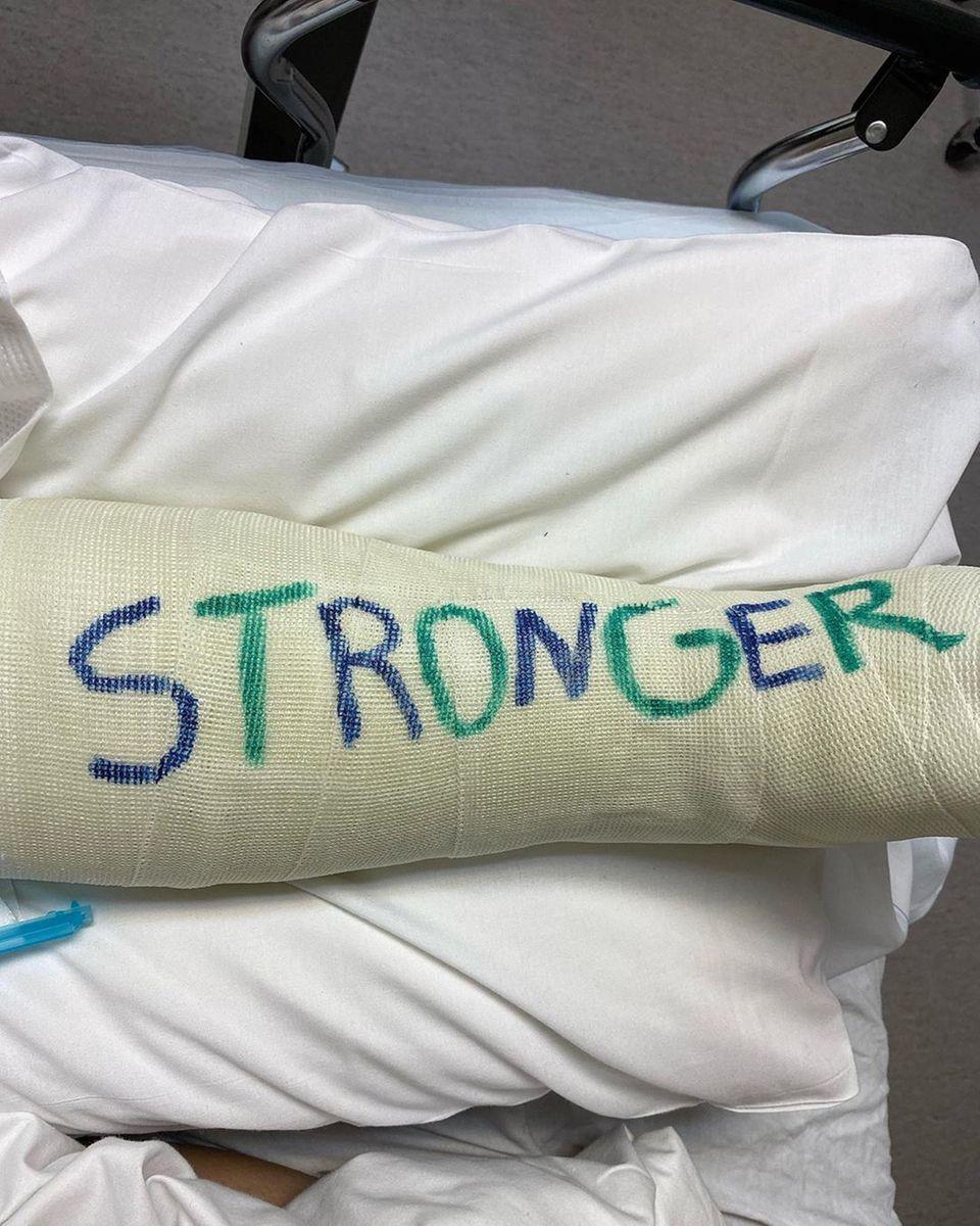 """Auf ihrenGips schreibt Britney Spears""""STRONGER"""". In Anlehnung an ihren Erfolgshit erinnert sie daran, dass jede Krise uns ein Stückchen stärker macht."""