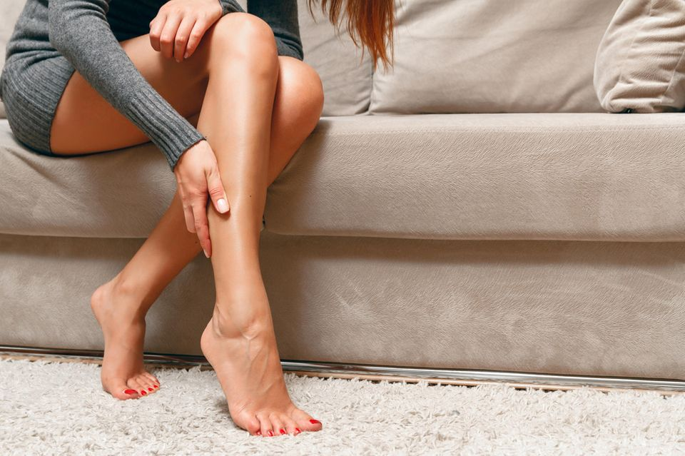 Frau mit braunen Beinen