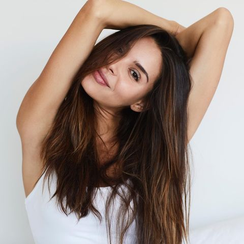 Junge Frau mit langen braunen Haaren