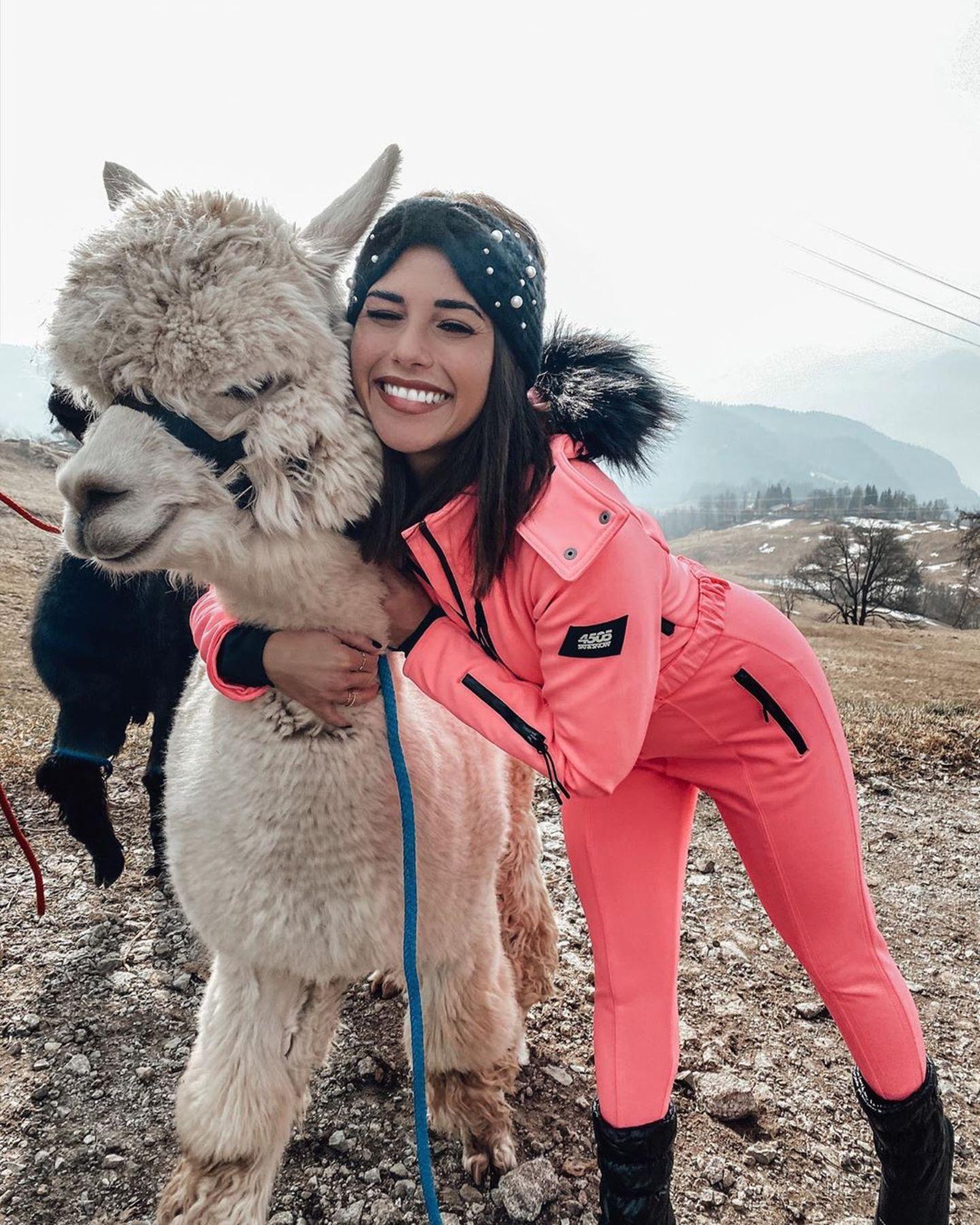 Sarah Lombardi kuschelt mit einem Alpaka
