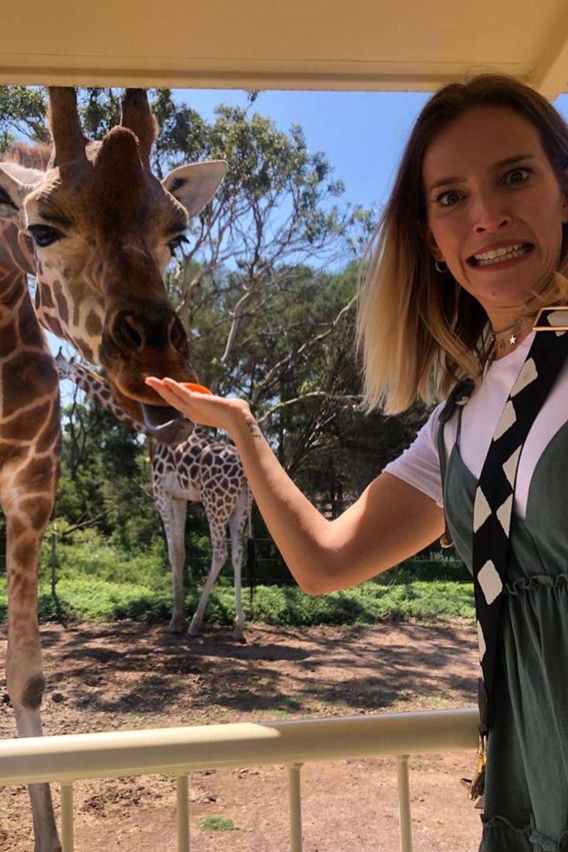 Luisana Lopilato freundet sich mit einer Giraffe an