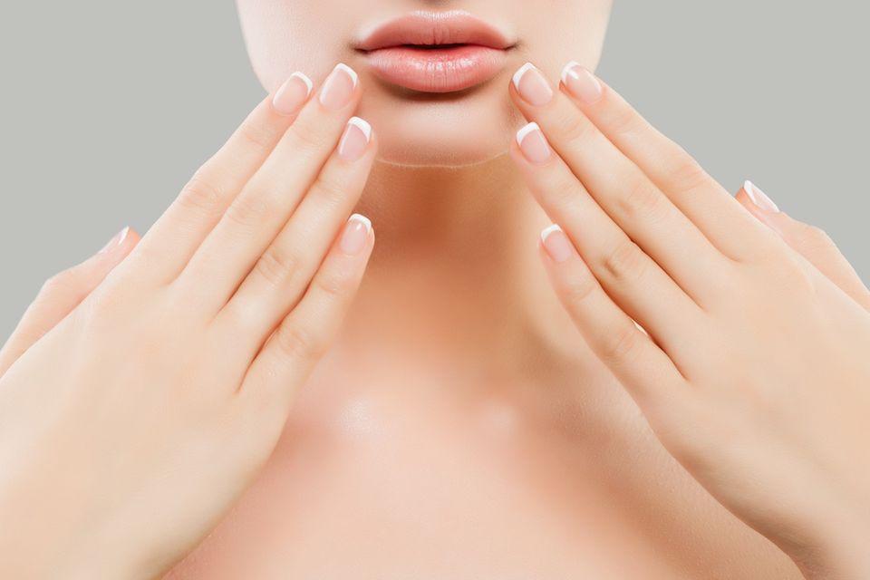 Frau mit French Nails