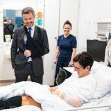 Prinz Frederik besucht mit Armschlinge ein Krankenhaus