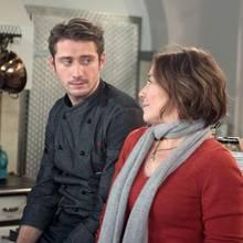 """""""Rote Rosen"""": Alex (Philipp Oliver Baumgarten, l.) entschuldigt sich bei Astrid (Claudia Schmutzler, r.) für seine schroffe Reaktion, und es kommt zu einem befreienden Gespräch über den Unfalltod seiner Mutter."""