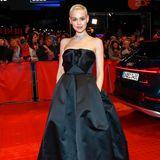 Emilia Schüle sorgt für den Wow-Moment bei der Berlinale. Ihre kurzen blonden Haare sehen einfach frisch und modern zu dem langen schwarzen Abendkleid aus.