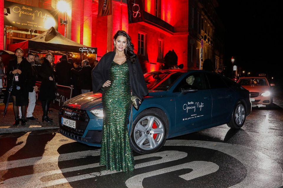 """Mariella Ahrens nutzt den Shuttle-Service von Audi und lässt sich direkt vor das """"SO/Berlin Das Stue Hotel"""" fahren – perfekt bei fiesem Nieselwetter."""