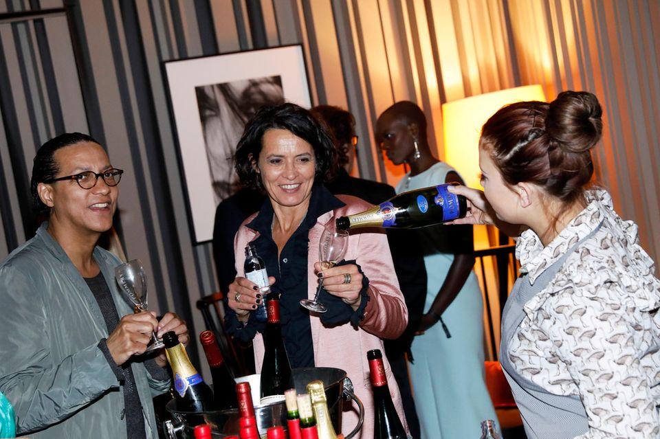 Ein Gläschen Champagner von Pommery? Die perfekte Vorbereitung auf eine lange Partynacht. Das weiß auch Tatort-Kommissarin Ulrike Folkerts und lässt sich noch einmal nachschütten. Cheers!