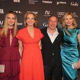 Veronica Ferres kommt in hübscher Begleitung – die Schauspielerin hat ihre Tochter Lilly Krug dabei. Das Mutter-Tochter-Gespann wird von Julia Jäkel, Stephan Schäfer und Nico Hofmann begrüßt.