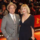 Im Retro-Stil läuft Jan Josef Liefers mit seiner Partnerin Anna Loos über Red Carpet.