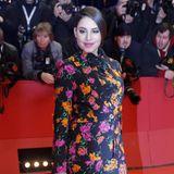 Etwas ungewöhnlich für den Red Carpet ist der Blümchen-Hosenanzug von Escada, den Almila Bagriacik selbstbewusst bei der Berlinale präsentiert.