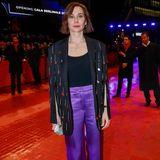 Christiane Paul entscheidet sich ebenfalls für das Label Lala Berlin. Die schimmernde lila Hose setzt ihren Look in Szene.