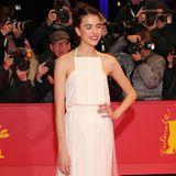 Zart, in einem weißen Chanel-Kleid läuft Margaret Qualley, die Tochter vonAndie MacDowell über den roten Teppich.