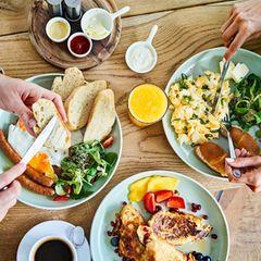 Abnehmen fängt im Alltag an – etwa beim Frühstück. Die folgenden Lebensmittel sind bestens für ein gesundes Frühstück geeignet und helfen dabei, auf natürliche WeiseKilos zu verlieren.