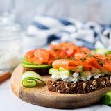 Zu den besten Lebensmitteln, die bereits beim Frühstück beim Abnehmen helfen, gehört Räucherlachs. Der eiweißreiche Fisch macht lange satt und liefert gesunde Omega-3-Fettsäuren. Diese sind gleich mehrfach ungesättigt und kurbeln die Fettverbrennung an. Zu den Abnehm-Foods auf dem Frühstückstisch zähltauch Brot aus Keimlingen: Es ist besonders nährstoffreich und besteht aus komplexen Kohlenhydraten, die den Blutzuckerspiegel konstant halten – Heißhungerattacken haben so keine Chance!