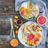 Grapefruits halten den Blutzuckerspiegel konstant und helfen dabei, den Insulinspiegel zu senken. Sie sind fettarm, liefern leichte 45 Kalorien pro 100 Gramm und enthalten den BallaststoffPektin sowieVitamin C, dasden Stoffwechsel ankurbelt.Als Starter am Frühstücksmorgen und zum Abnehmen eignen sich Grapefruits deshalb prima!