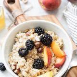 Zu den besten Abnehm-Foods beim Frühstück zählt Porridge. Zubereitet aus Wasser und Haferflockenenthält der Breikomplexe Kohlenhydrate, die nur langsam vom Körper verdaut werden. Auch sättigendeBallaststoffeund pflanzliches Eiweiß sind in Haferflocken enthalten sowie eine gute Portion Magnesium. In Kombination mit einer Handvoll frischen Beerenund einem Klecks Nussmusist Porridge das ideale Abnehm-Frühstück, das den Körper mit wichtigen Nährstoffen versorgt und noch dazu leicht verdaulich und magenschonend ist.