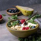 Doch nicht nur Haferbrei gilt alsAbnehm-Frühstück: Die Mahlzeit kann ebenso gut mit nährstoffreichem Quinoa zubereitet werden. Das Superfood enthält jede Menge pflanzliches Eiweiß, ist glutenfrei und unterstützt den Muskelaufbau. Gekocht, kann Quinoa außerdem zu einem Omelette oder zu Overnight Oats – also über Nacht in Flüssigkeit eingeweichte Haferflocken – gegeben werden. Das macht satt und lässt bis zur Mittagszeit keinen knurrenden Magen aufkommen.