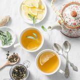 Warme Getränke dürfen beim Frühstück natürlich auch nicht fehlen. Auch sie können beim Abnehmen helfen, etwa ein Tee mit frischem Ingwer und Zitrone. Morgens getrunken, versorgt der Drinkden Körper mit frischer Flüssigkeit und kurbelt die Verdauung sowie den Stoffwechseln an. Noch dazu ist er von Natur aus kalorien- sowiefettarm und ein toller Durstlöscher und Flüssigkeitsspender. Die morgendliche Dosis an Vitamin C stärkt das Immunsystem und unterstützt die Reinigungsprozesse in der Leber.