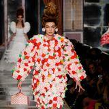 Rosige Aussichten: Gigi Hadid trug den Blumen-Komplettlook bei Moschino.