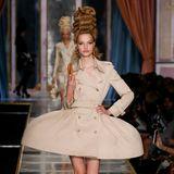 Viele der Models hatten aufwendige Turm-Frisuren und trugen ausgestellte Kleider.