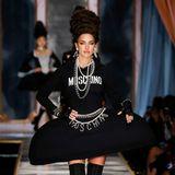 Das Outfit von Irina Shayk war deutlich plakativer:Logos zierten Pullover und Gürtelkette.