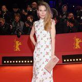 Schauspielerin Nora Waldstätten macht mit ihrem Kleid schon Lust auf Sommer. Ihr Schmuck istvon Tiffany & Co.