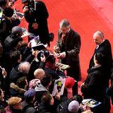 Die Autogrammjäger kommen vor dem Berlinale Palast nicht nur mit Jeremy Irons voll auf ihre Kosten.