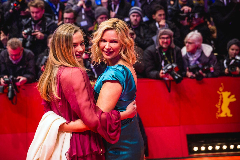 Das Mutter-Tochter-Gespann Lilly Krug und Veronica Ferres posiert für die vielen Fotografen vom Berlinale Palast.