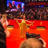 Jana Pallaske präsentiert ihr Red-Carpet-Outfit mit vollem Körpereinsatz.