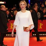 Schauspielerin Nina Hoss setzt ebenfalls auf einen weißen Kaviar-Gauche-Look für den Red Carpet. Die schlichte Silhouette des Kleides peppt sie mit einer goldenen Clutch auf.