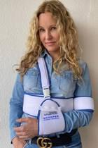 Katja Burkard trägt ihren verletzten Arm in einer Schlinge