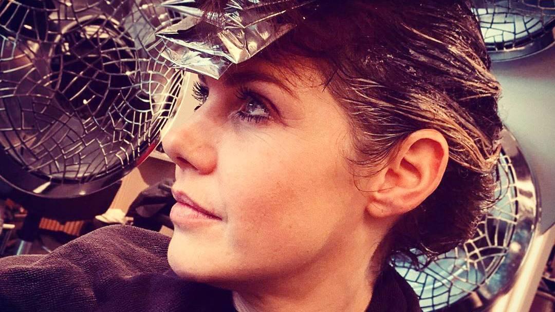 Hautpflege, Haarfarbe und Maniküre: Fotos von Stars im Schönheitssalon