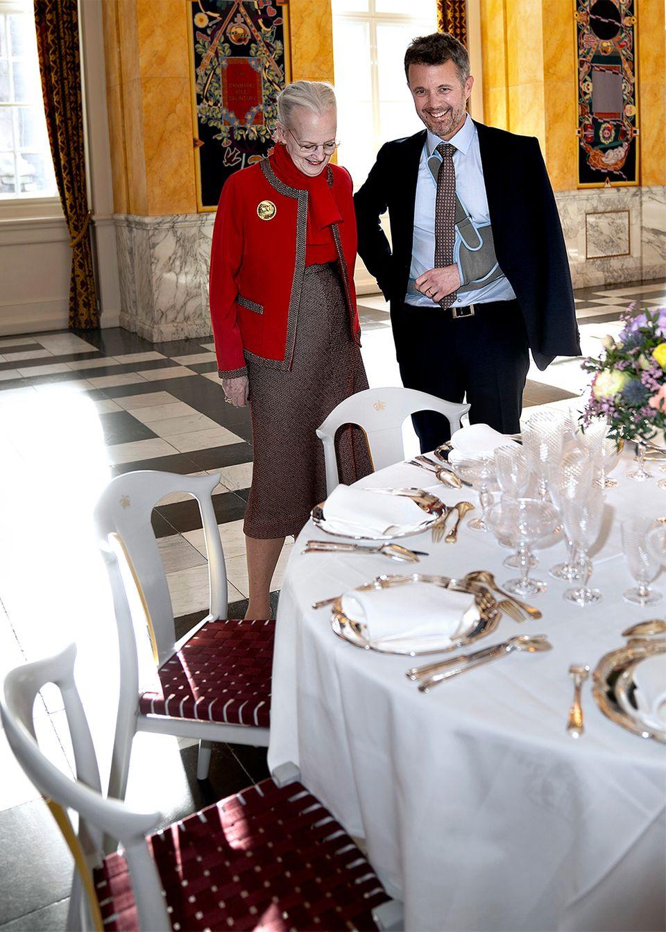 Königin Margrethe + Prinz Frederik begutachten die neuen Stühle