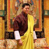 21. Februar 2020  Bhutan feiert seinen König!Jigme Khesar Namgyel Wangchuck wird heute 40 Jahre alt, und das Könighaus gratuliert auf ihrer offiziellen Facebook-Seitemit diesem farbenfrohen Porträt des beliebten Monarchen. Wir gratulieren ebenfalls.