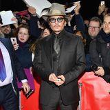 """Berlin kann sich doch mit anderen Weltmetropolen messen. Johnny Depp flaniert stilsicher im schwarzen dreiteiligen Anzug über den roten Teppich bei der """"Minamata""""-Premiere."""