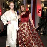 Auftritt mit Seltenheitswert -Nastassja Kinski begeistert in Berlin mit einer glamourösen purpurroten Robe.