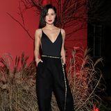 Lena Meyer-Landrut sieht nicht nur in glamourösen Roben toll aus. Verführerisch mit roten Lippen zum schwarzen Jumpsuit präsentiert Lena das perfekte Party-Outfit.