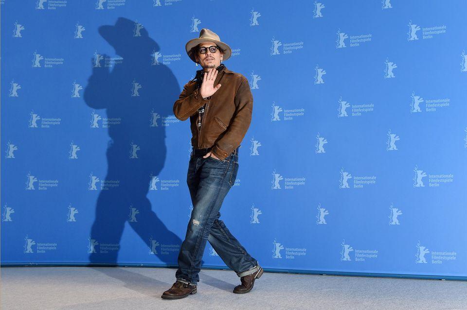 """Howdy, Johnny! Mit Charme und Cowboy-Lookpräsentiertsich der Hollywood-Star beim Pressetermin seines Films """"Minimata""""."""