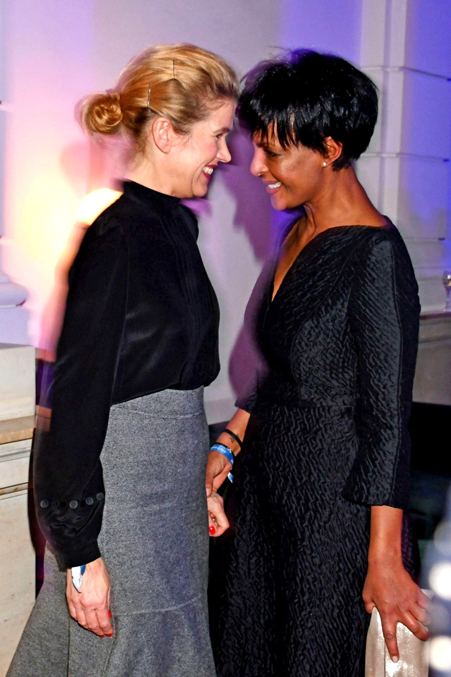 """Auch Anke Engelke und Dennenesch Zoude amüsieren sich aufder """"Blue Hour"""" Berlinale-Party."""