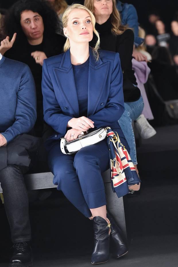 Die Mailänder Modewoche ist in vollem Gange, mit von der Partie ist auch die Nichte von Diana, Kitty Spencer. In einem klassisch monochromen Look in Dunkelblau, sitzt sie in der ersten Reihe bei der Show vonAlberta Ferretti. Ihre schönen blonden Haare sind zu einem Pferdeschwanz zusammengebunden, der mit einer locker fallenden Welle veredelt wird.